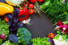 Légumes frais de ressort sur le tableau noir Image stock