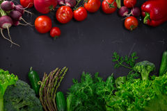 Légumes frais de ressort sur le tableau noir Photographie stock libre de droits