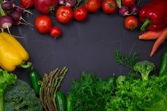 Légumes frais de ressort sur le tableau noir Photo stock