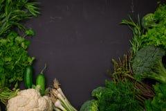Légumes frais de ressort sur le tableau noir Photos libres de droits