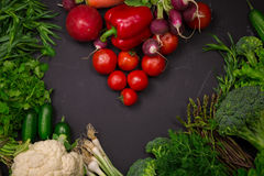 Légumes frais de ressort sur le tableau noir Photos stock