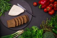 Légumes frais de ressort sur le tableau noir avec du fromage blanc Photo libre de droits