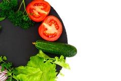 Légumes frais de ressort, verts et plat noir vide avec l'endroit Photo stock