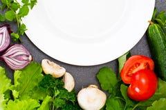 Légumes frais de ressort, verts et plat vide avec l'endroit pour Photo libre de droits