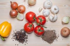 Légumes frais et épices sur la planche à découper Images libres de droits