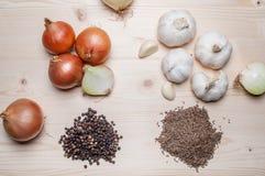 Légumes frais et épices sur la planche à découper Image stock