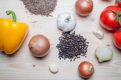 Légumes frais et épices sur la planche à découper Images stock