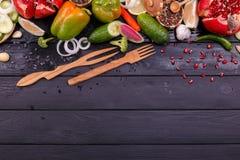 Légumes frais et fruits avec des couverts images stock