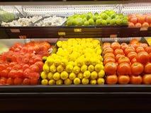 Légumes frais et fruits dans un supermarché image stock