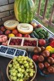Légumes frais et fruits de marché sur le fond gris Été et concept sain de la vie Photo libre de droits