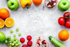 Légumes frais et fruits pour le dîner de forme physique sur le backgrou en pierre Photos libres de droits