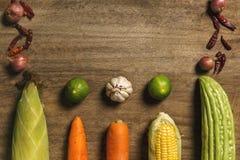 Légumes frais et herbe apparaissant sur en bois photo stock
