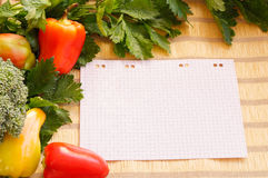Légumes frais et papier Photographie stock
