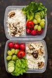 Légumes frais et riz avec des champignons en plan rapproché de récipients sur le fond foncé, vue supérieure Le concept de la cons images libres de droits
