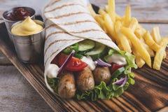 légumes frais et sauce grillés de saucisses d'enveloppe de tortilla photographie stock