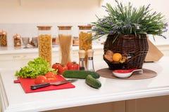 Légumes frais et ustensiles pour des cours de cuisine sur la table blanche image stock
