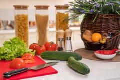 Légumes frais et ustensiles pour des cours de cuisine sur la table blanche photographie stock libre de droits