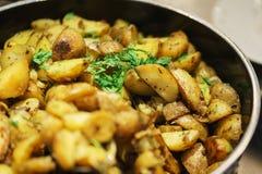 Légumes frais, herbes, olives, sauce et sauce salade au compteur photos libres de droits