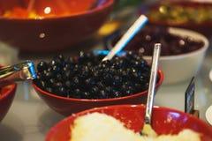Légumes frais, herbes, olives, sauce et sauce salade au compteur image stock
