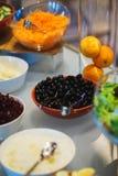 Légumes frais, herbes, olives, sauce et sauce salade au compteur images libres de droits