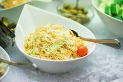 Légumes frais, herbes, olives, sauce et sauce salade au compteur photo stock