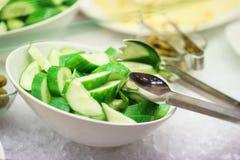 Légumes frais, herbes, olives, sauce et sauce salade au compteur photographie stock libre de droits