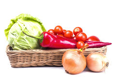 Légumes frais organiques végétaux dans un panier Images libres de droits