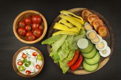Légumes frais pour des casse-croûte avec l'habillage Immersion pour des légumes Repas d'alimentation saine pour le dîner Photos stock