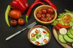 Légumes frais pour des casse-croûte avec l'habillage Immersion pour des légumes Repas d'alimentation saine pour le dîner Images libres de droits