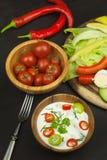 Légumes frais pour des casse-croûte avec l'habillage Immersion pour des légumes Repas d'alimentation saine pour le dîner Photographie stock libre de droits