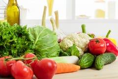 Légumes frais sur la table de cuisine Nourriture saine photos libres de droits