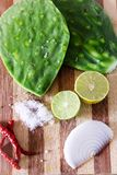Légumes frais sur la table en bois Images libres de droits