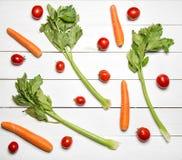 Légumes frais sur la table en bois blanche Vue supérieure Photo stock