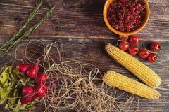 Légumes frais sur la table en bois en automne Photos stock