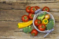 Légumes frais sur le fond en bois Photo libre de droits
