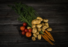 Légumes frais sur le fond en bois Image libre de droits