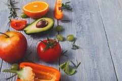 Légumes frais sur le fond en bois bleu, plan rapproché, l'espace de copie Photo stock