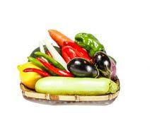 Légumes frais sur le panier en bambou Images libres de droits