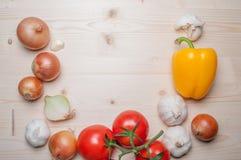 Légumes frais sur le panneau de découpage Image libre de droits