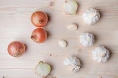 Légumes frais sur le panneau de découpage Photo stock