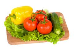 Légumes frais sur le panneau en bois d'isolement Photos libres de droits