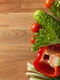 Légumes frais sur le vieux conseil en bois Photos stock