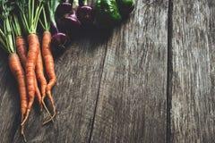 Légumes frais sur les planches en bois images stock