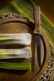 Légumes frais sur un conseil en bois en journée Photos stock