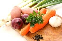Légumes frais sur un panneau de bois de construction Photo stock
