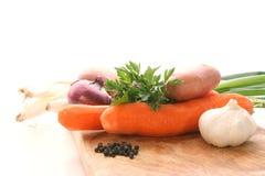 Légumes frais sur un panneau de bois de construction Photo libre de droits