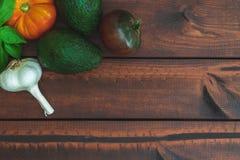 Légumes frais sur une table en bois brune photo stock