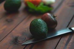 Légumes frais sur une table en bois brune photos stock