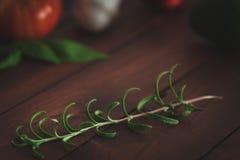 Légumes frais sur une table en bois brune photographie stock