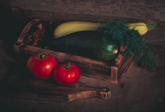 Légumes frais sur une texture rustique brûlée en bois pour le backgroun photo stock